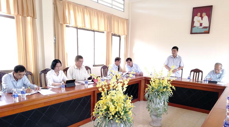 Đại biểu tích cực đóng góp tài liệu kỳ họp. Ảnh: Trần Xiện