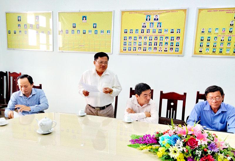 Tổ đại biểu HĐND tỉnh, đơn vị huyện Giồng Trôm, thảo luận tại tổ. Ảnh: T. Lập