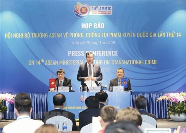 Thiếu tướng Lê Tấn Tới, Thứ trưởng Bộ Công an, phát biểu tại buổi họp báo Hội nghị Bộ trưởng ASEAN về phòng, chống tội phạm xuyên quốc gia lần thứ 14. Ảnh: Doãn Tấn/TTXVN