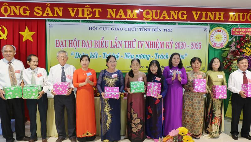 Tặng quà cho thành viên Ban Chấp hành nhiệm kỳ 2015 - 2020.