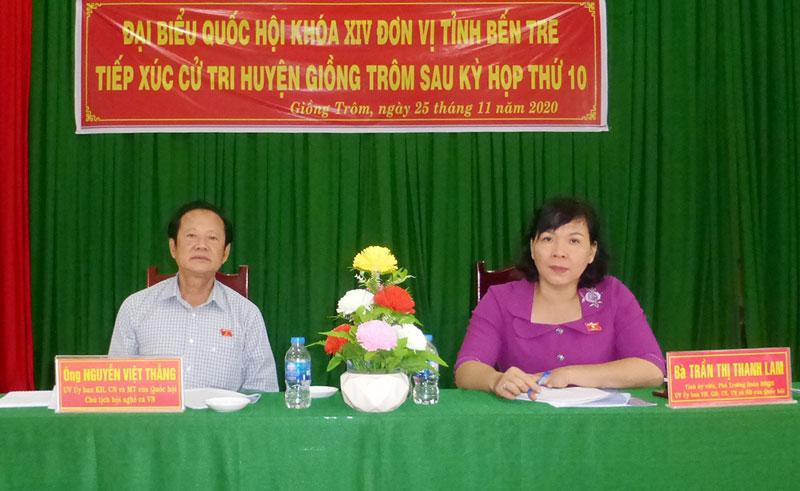 Đại biểu Quốc Trần Thị Thanh Lam và Nguyễn Việt Thắng tại buổi tiếp xúc cử tri. Ảnh: Nguyễn Hoàng