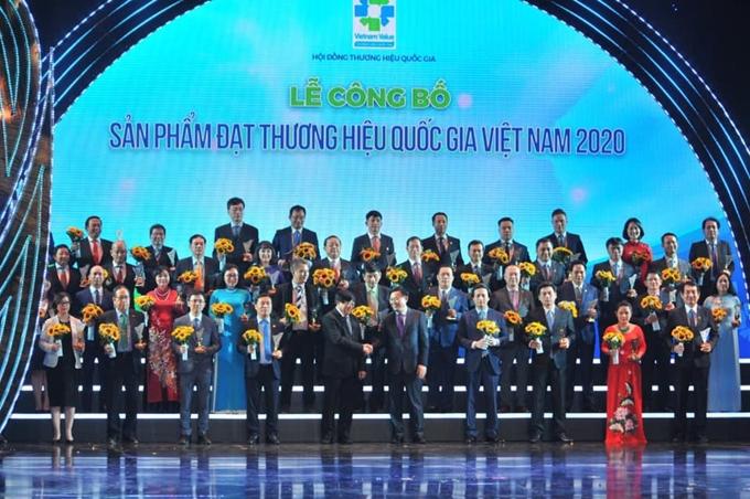 Ủy viên Bộ Chính trị, Bí thư Thành ủy Hà Nội Vương  Đình Huệ trao giải cho các doanh nghiệp có sản phẩm đạt thương hiệu quốc gia năm 2020.