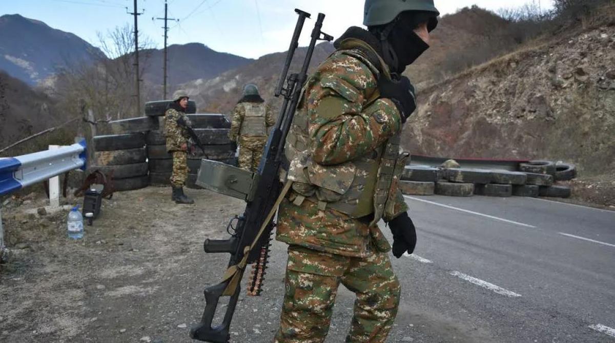 Lính Armenia tại một trạm gác con đường dẫn đến Kalbajar, gần làng Charektar của Azerbaijan, ngày 25-11-2020. Ảnh: AFP