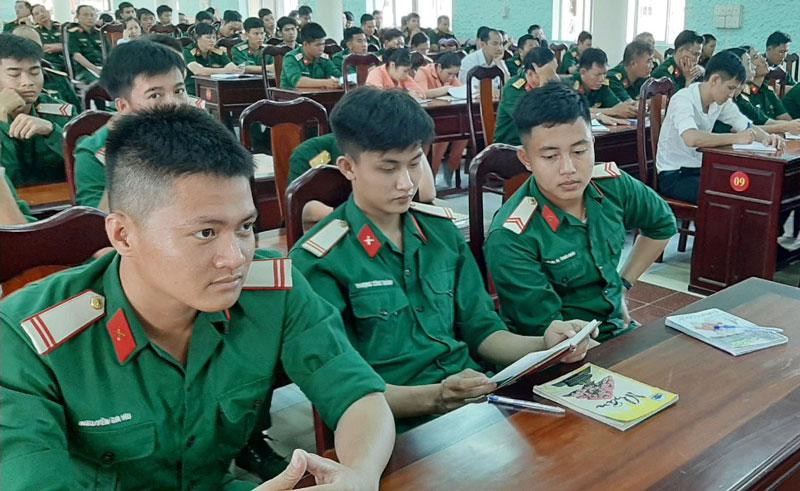 Cán bộ, chiến sĩ thường xuyên được quán triệt các quy định và hướng dẫn trong thực hiện nhiệm vụ và xây dựng đơn vị. Ảnh: Đặng Thạch