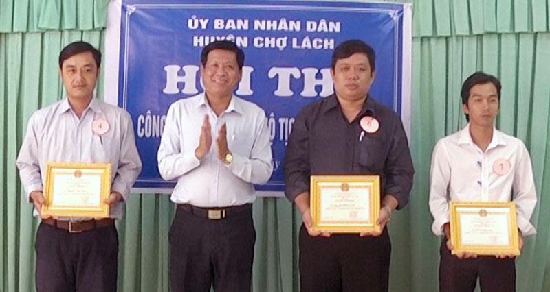 Chủ tịch UBND huyện Trần Văn Đém trao giấy khen các thí sinh. Ảnh: Ngọc Lãm