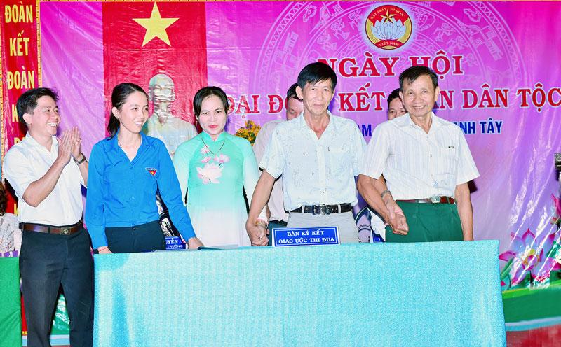 Ông Lê Văn Ơn (bìa phải) tại Ngày hội đại đoàn kết toàn dân tộc ấp Thanh Nam, xã Tân Thanh Tây năm 2019. Ảnh: Lê Đệ
