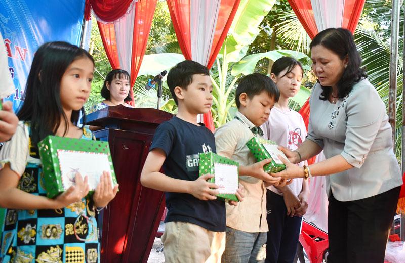 Phó bí thư Thường trực Tỉnh ủy Hồ Thị Hoàng Yến tặng quà cho người dân ở phường Phú Khương (TP. Bến Tre) nhân Ngày hội đại đoàn kết toàn dân tộc năm 2020.
