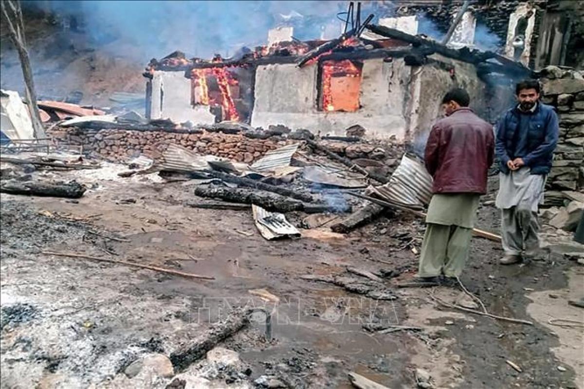 Một ngôi nhà bị thiêu rụi sau cuộc pháo kích trong xung đột giữa Ấn Độ và Pakistan tại khu vực Ranh giới kiểm soát (LoC) ở Kashmir, ngày 13-11-2020. Ảnh: AFP/TTXVN