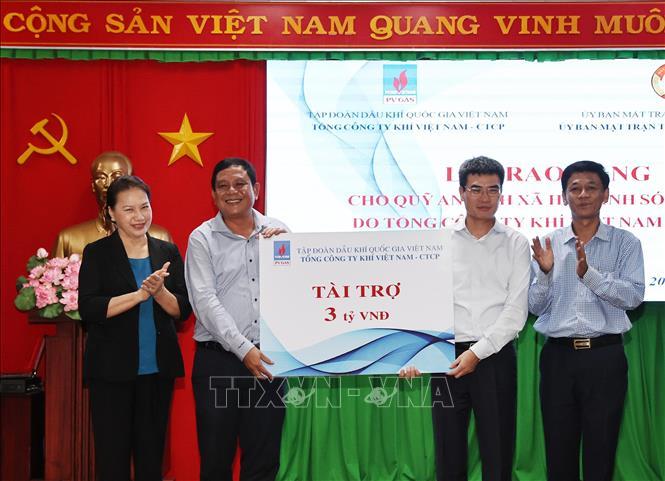 Chủ tịch Quốc hội Nguyễn Thị Kim Ngân chứng kiến trao tài trợ 03 tỉ đồng của Tổng Công ty Dầu khí Việt Nam (CTCP) cho tỉnh Sóc Trăng. Ảnh: Trọng Đức/TTXVN