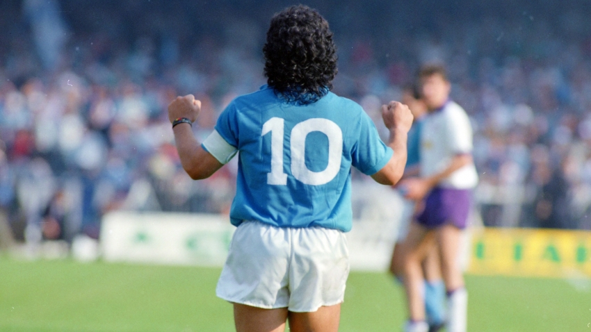 Maradona gắn liền với hình ảnh chiếc áo số 10