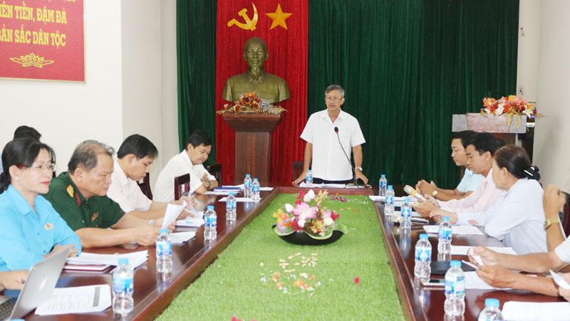 Phó giám đốc Sở Văn hóa, Thể thao và Du lịch Nguyễn Thiện Chí chủ trì tổng kết. Ảnh: Phan Hân