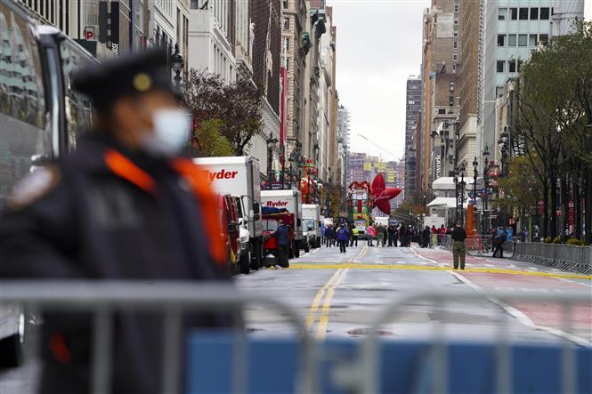 Lực lượng chức năng dựng chốt chặn tại khu vực diễn ra lễ diễu hành của tập đoàn bán lẻ Macy's trong ngày Lễ Tạ ơn ở New York, Mỹ nhằm hạn chế sự tụ tập đông người, ngày 26-11-2020. Ảnh: THX/TTXVN