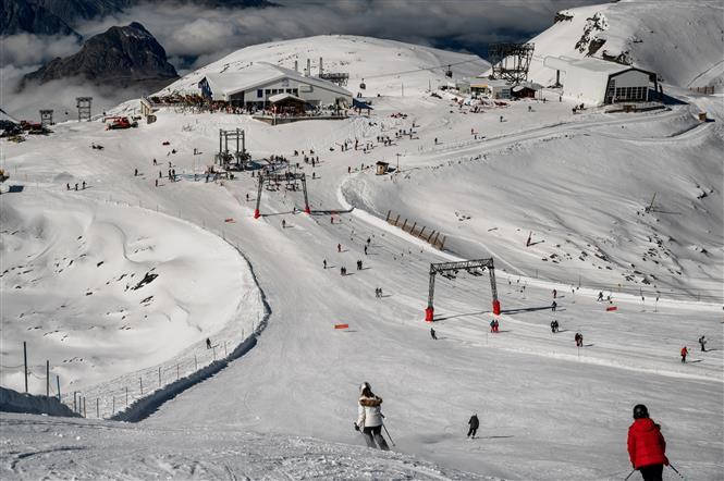 Người dân trượt tuyết tại khu trượt tuyết trên dãy Alpes, Pháp, ngày 17-10-2020. Ảnh: AFP/ TTXVN