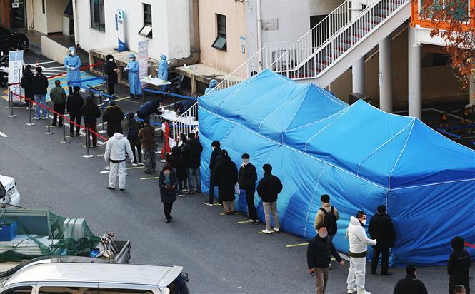 Người dân xếp hàng chờ lấy mẫu xét nghiệm COVID-19 tại Seoul, Hàn Quốc ngày 27-11-2020. Ảnh: Yonhap/TTXVN