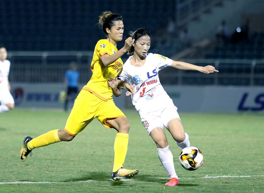 Hà Nôi I (trắng) giành chiến thắng sát nút 1-0 trước PP Hà Nam.