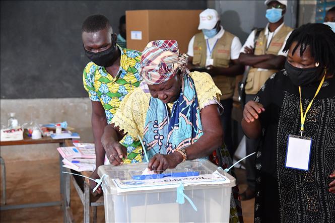 Cử tri Burkina Faso bỏ phiếu bầu Tổng thống và Quốc hội tại điểm bầu cử ở Ouagadougou ngày 22-11-2020. Ảnh: AFP/TTXVN