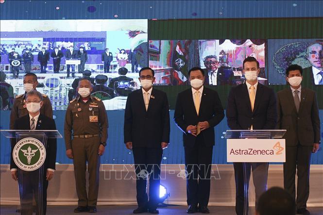 Thủ tướng Thái Lan Prayut Chan-o-cha (giữa) và Chủ tịch hãng dược phẩm AstraZeneca của Anh tại Thái Lan James Teague (thứ 2, phải) trong lễ ký thỏa thuận mua vaccine phòng COVID-19, tại Bangkok ngày 27-11-2020. Ảnh: AFP/TTXVN