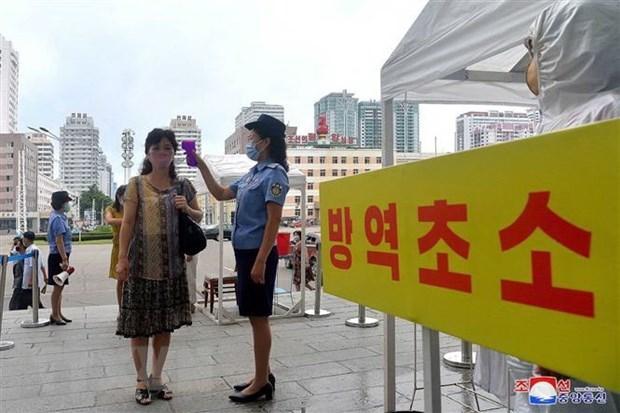 Kiểm tra thân nhiệt hành khách tại một nhà ga ở Bình Nhưỡng, Triều Tiên trong nỗ lực chống dịch COVID-19. (Ảnh: AFP/TTXVN)
