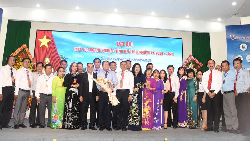 Chủ tịch UBND tỉnh Trần Ngọc Tam cùng nhiều lãnh đạo UBND tỉnh, các ban ngành, đoàn thể chụp hình lưu niệm cùng ban chấp hành nhiệm kỳ mới.