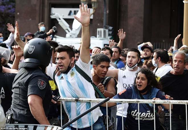 Bạo loạn đã xảy ra ở đám tang của cố huyền thoại Maradona