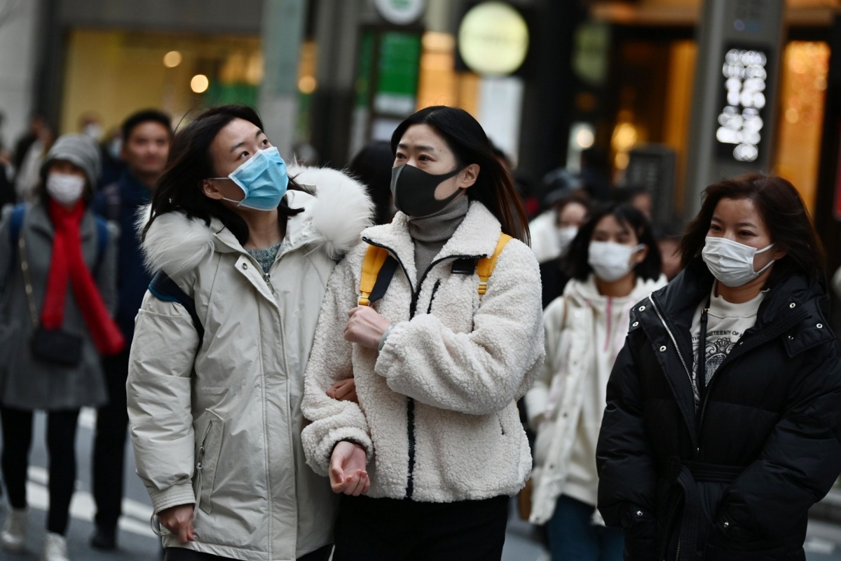 Người dân đeo khẩu trang để phòng tránh lây nhiễm Covid-19 tại Tokyo, Nhật Bản. Nguồn: AFP