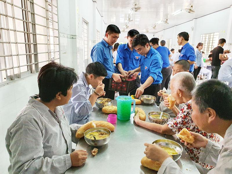 Đoàn viên, thanh niên tặng quà bánh, các suất ăn cho các bệnh nhân tâm thần.