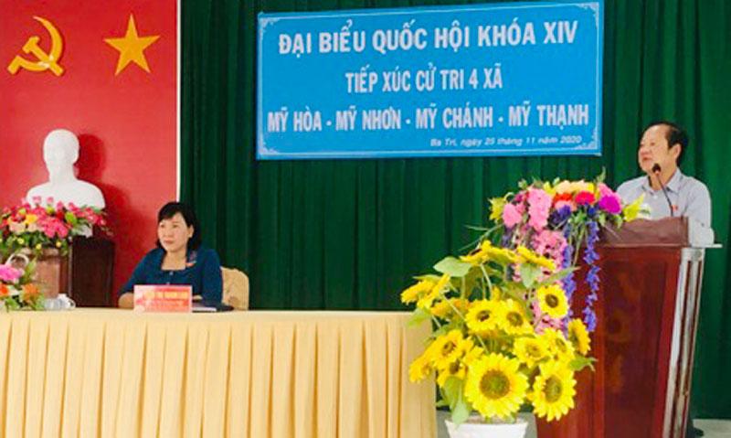 Đại biểu Nguyễn Việt Thắng phát biểu tại buổi tiếp xúc cử tri.