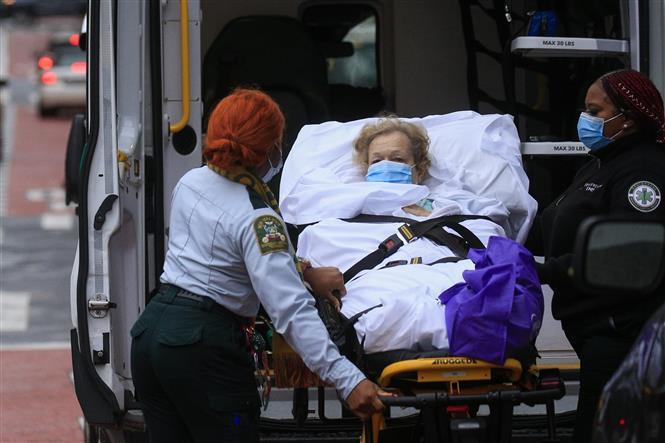 Chuyển bệnh nhân nhiễm COVID-19 tới bệnh viện Tisch ở New York, Mỹ ngày 13-11-2020. Ảnh: AFP/TTXVN