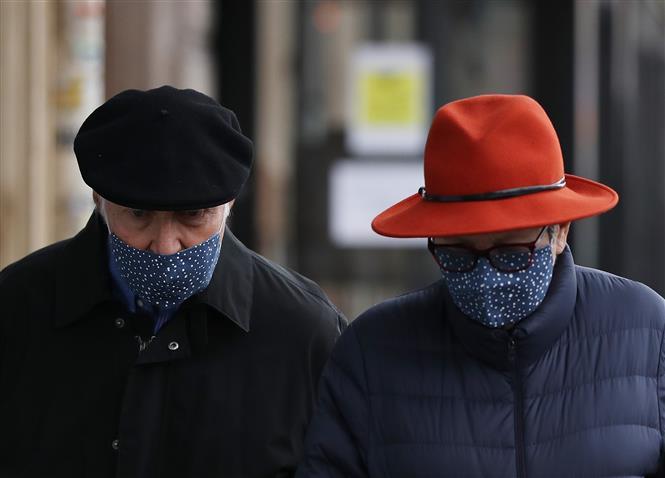 Người dân đeo khẩu trang phòng dịch COVID-19 tại Paris, Pháp ngày 16-11-2020. Ảnh: THX/TTXVN