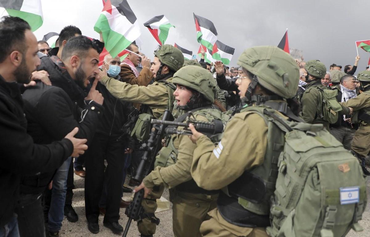 Người dân Palestine xung đột với binh sỹ Israel trong cuộc biểu tình tại Bờ Tây phản đối đề xuất hòa bình của Tổng thống Mỹ Donald Trump ngày 29-1-2020. (Ảnh: AFP)