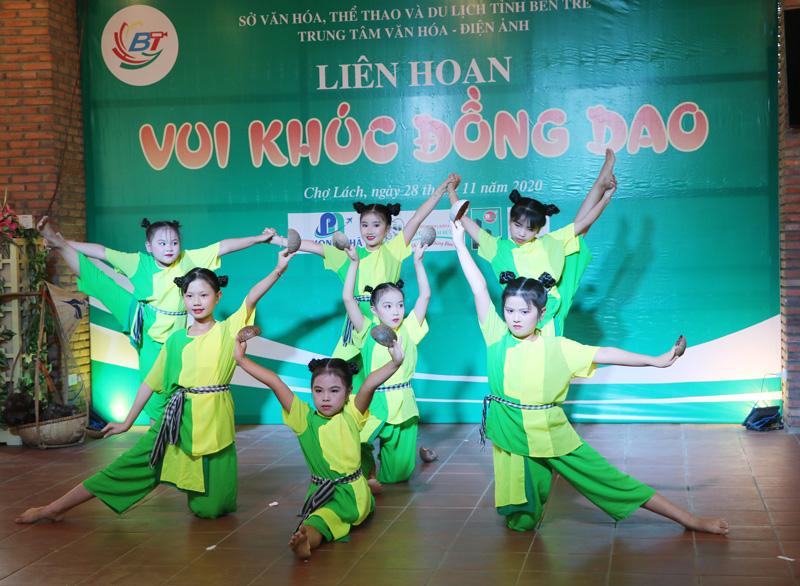 Tiết mục múa độc lập của học sinh Trường Tiểu học Vĩnh Thành A.