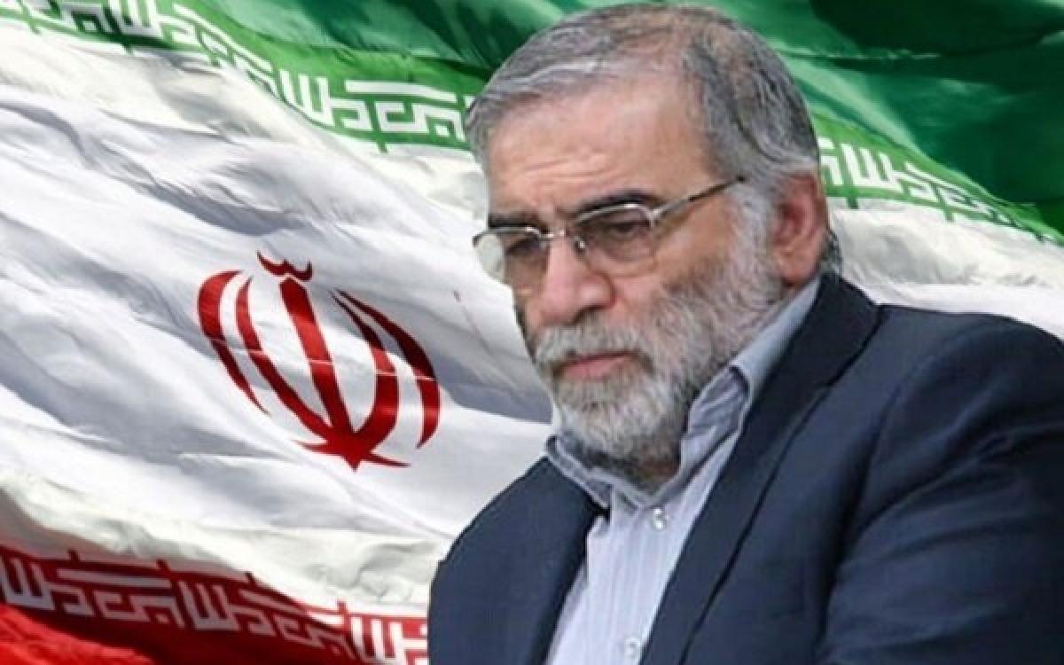 Chân dung nhà khoa học Mohsen Fakhrizadeh trên nền quốc kỳ Iran. Ảnh: Mehr news