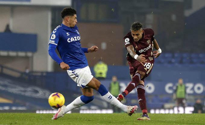 Raphinha ghi bàn đẹp mắt vào lưới Everton