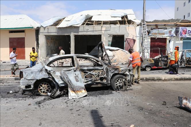 Lực lượng chức năng Somalia điều tra tại hiện trường vụ đánh bom xe ở thủ đô Mogadishu, ngày 8-1-2020. Ảnh tư liệu: AFP/TTXVN
