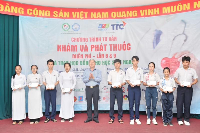 Phó chủ tịch Thường trực UBND tỉnh Nguyễn Văn Đức trao học bổng cho học sinh.