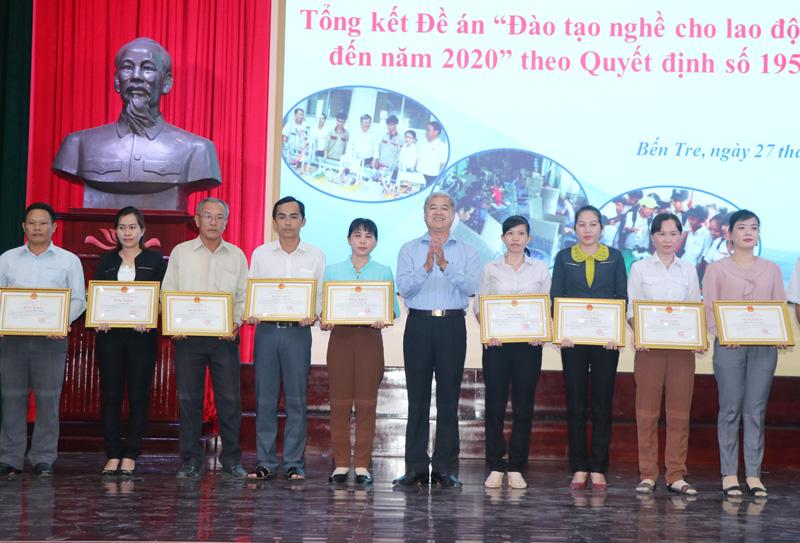 Phó chủ tịch UBND tỉnh Nguyễn Văn Đức tặng bằng khen cho các tập thể, cá nhân.