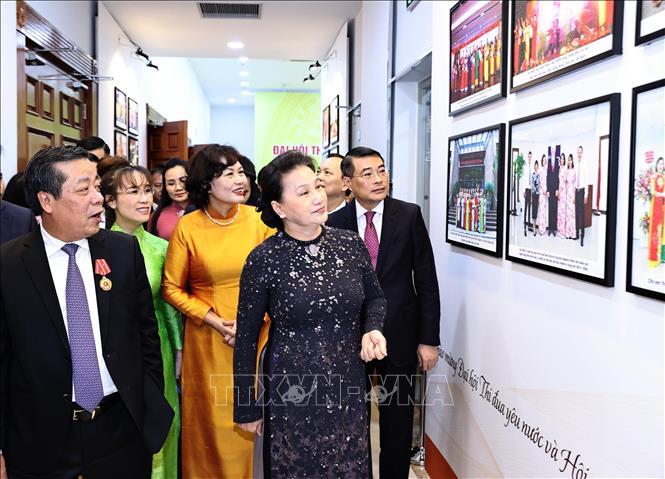 Chủ tịch Quốc hội Nguyễn Thị Kim Ngân và các đại biểu xem triển lãm ngành Ngân hàng.