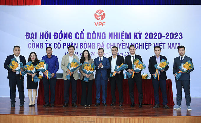 Ông Nguyễn Hồng Minh tặng hoa cho các thành viên HĐQT VPF nhiệm kỳ 2020 - 2023 - Ảnh: Đức Cường