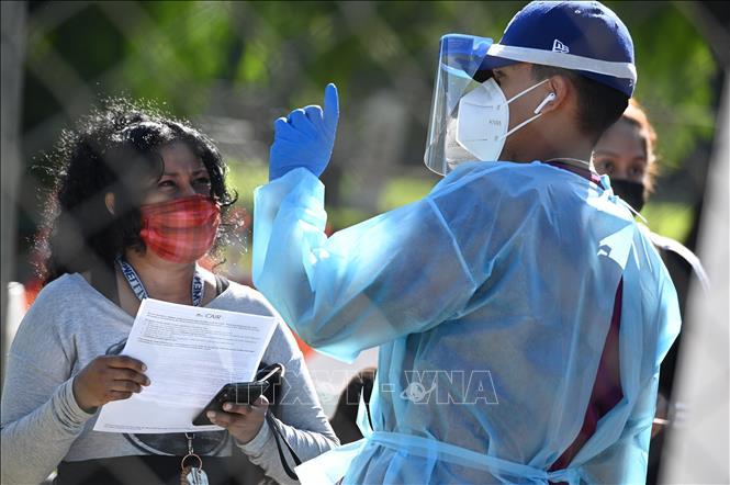 Nhân viên y tế làm nhiệm vụ tại một điểm xét nghiệm COVID-19 ở bang California, Mỹ ngày 24-11-2020. Ảnh: AFP/TTXVN