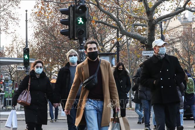 Người dân đeo khẩu trang phòng dịch COVID-19 tại Berlin, Đức ngày 27-11-2020. Ảnh: THX/TTXVN