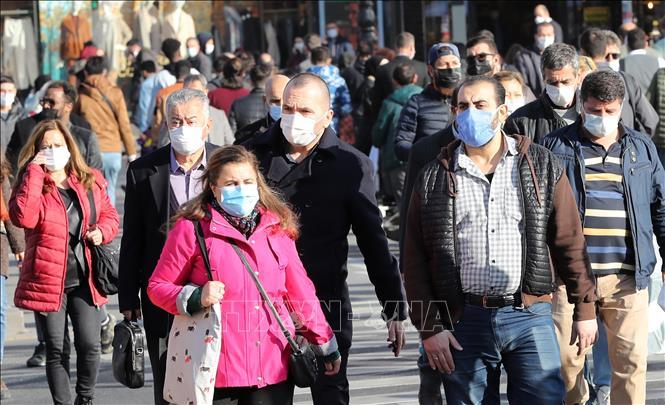 Người dân đeo khẩu trang phòng dịch COVID-19 tại Ankara, Thổ Nhĩ Kỳ ngày 13-11-2020. Ảnh: AFP/TTXVN