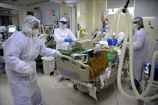Bệnh nhân nhiễm COVID-19 điều trị tại bệnh viện ở Porto Alegre, Brazil. Ảnh: AFP/TTXVN
