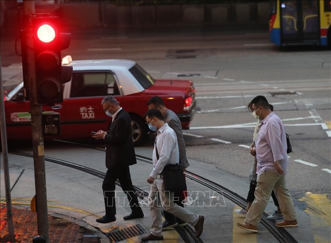 Người dân đeo khẩu trang phòng bệnh tại Hong Kong, Trung Quốc ngày 24-11-2020. Ảnh: THX/TTXVN