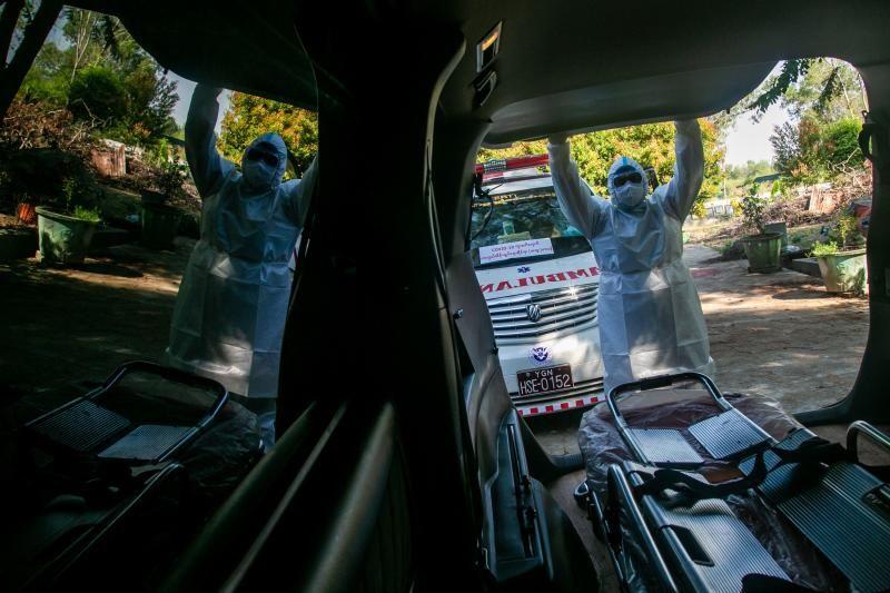 Xe chở người nghi tử vong vì COVID-19 ở Yangon. Ảnh: AFP