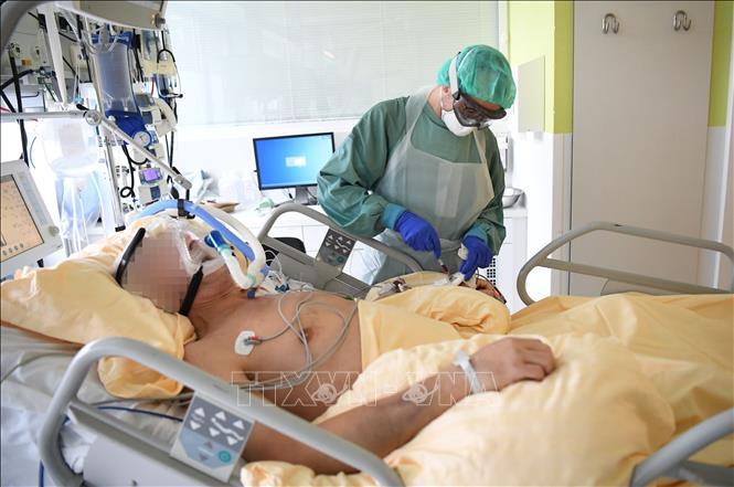 Nhân viên y tế điều trị cho bệnh nhân mắc COVID-19 tại một bệnh viện ở Vienna, Áo ngày 27-11-2020. Ảnh: AFP/TTXVN