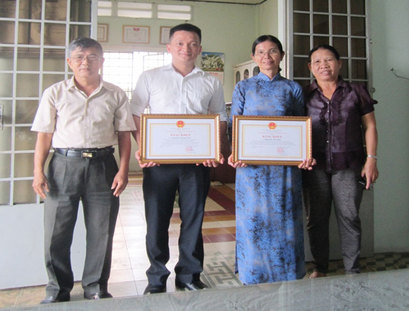 Năm 2015, UBND tỉnh trao bằng khen cho 2 luật sư Nguyễn Thị Biết và Nguyễn Trung Trực có thành tích bảo vệ thành công quyền lợi người tiêu dùng trong 1 vụ kiện. Ảnh: CTV
