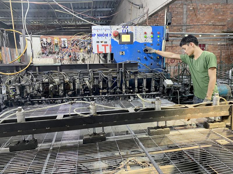 Hỗ trợ máy móc thiết bị sản xuất lồng, bội kẽm ở cơ sở Lê Ngọc Thạch, xã Long Thới, huyện Chợ Lách.