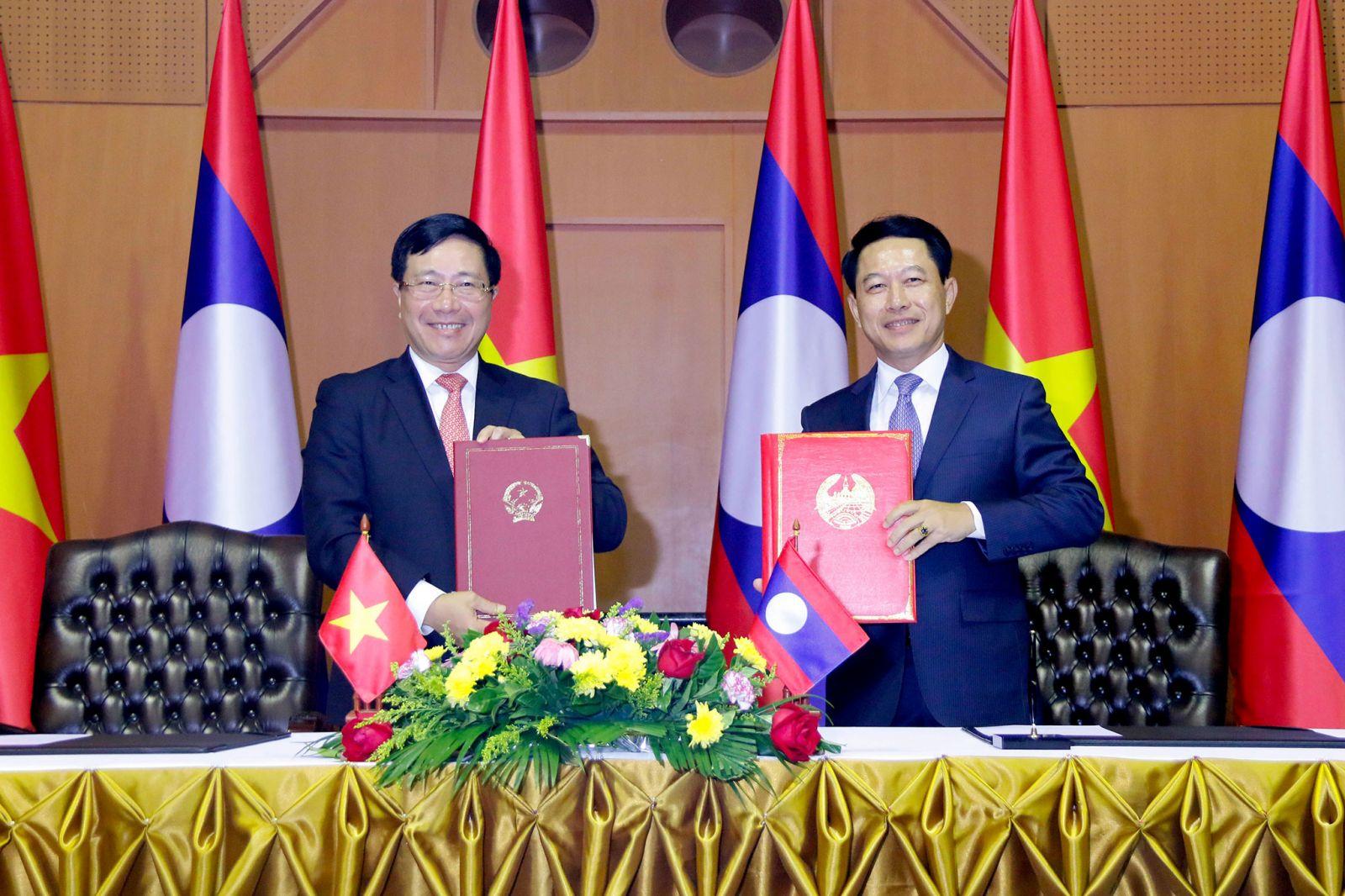 Phó thủ tướng, Bộ trưởng Ngoại giao Phạm Bình Minh và Bộ trưởng Ngoại giao Lào Saleumsay Kommasith đã ký Thỏa thuận hợp tác giữa Bộ Ngoại giao Việt Nam và Bộ Ngoại giao Lào.