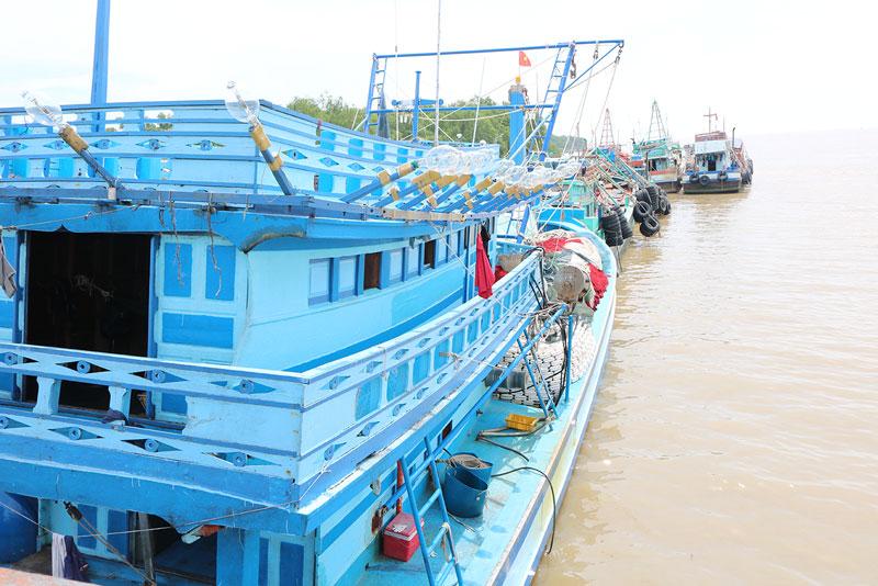 Tàu đánh bắt thủy sản của huyện Ba Tri. Ảnh: Phan Hân