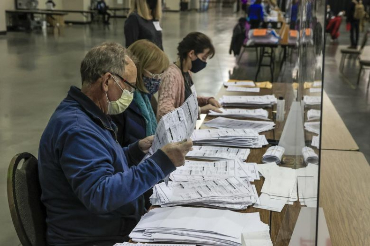 Kết quả kiểm phiếu lại ở hạt Milwaukee làm gia tăng cách biệt cho Joe Biden. Ảnh: EPA